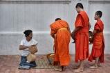Luang Prabang, poranna ceremonia składania darów